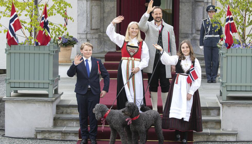 TRADISJON: Slik hilste kronprinsfamilien barnetoget i Asker på 17. mai i fjor. I år er barnetogene avlyst. Foto: Andreas Fadum / Se og Hør