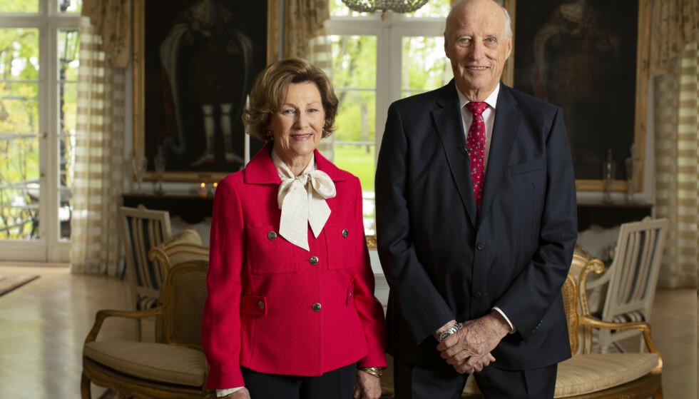BYGDØY KONGSGÅRD: Kongeparet hilset lørdag fra Kongsgården, der de i år skal feire nasjonaldagen. Foto: NTB scanpix