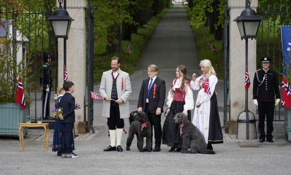 HILSER: Kronprinsfamilien gikk ned alleen på Skaugum for å hilse på et knippe mennesker. Foto: Lise Åserud / NTB scanpix
