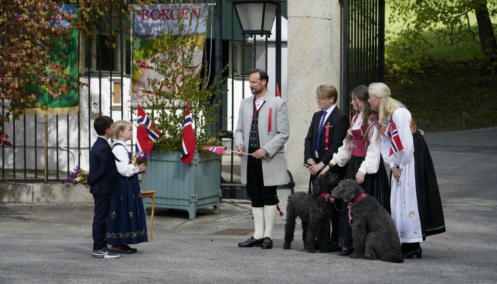 BURSDAG: Kronprinsfamilien hilste på to barn som representerte barna på denne dagen. De har begge bursdag i dag, 17. mai. Foto: Lise Åserud / NTB scanpix
