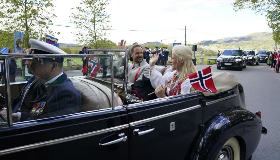 VINKER: Kronprinsfamilien vinker i det de kjører videre til arrangementer i Asker. Foto: Lise Åserud / NTB scanpix