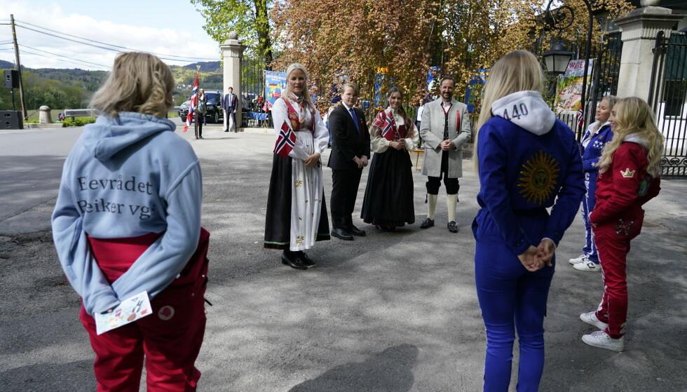TAKKET: Kronprinsfamilien takket russen for innsatsen utenfor Skaugum i dag tidlig. Foto: Lise Åserud / NTB scanpix