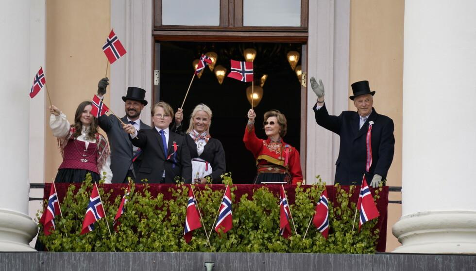 PÅ BALKONGEN: Kongefamilien dukket overraskende opp på Slottsbalkongen søndag. Foto: NTB scanpix