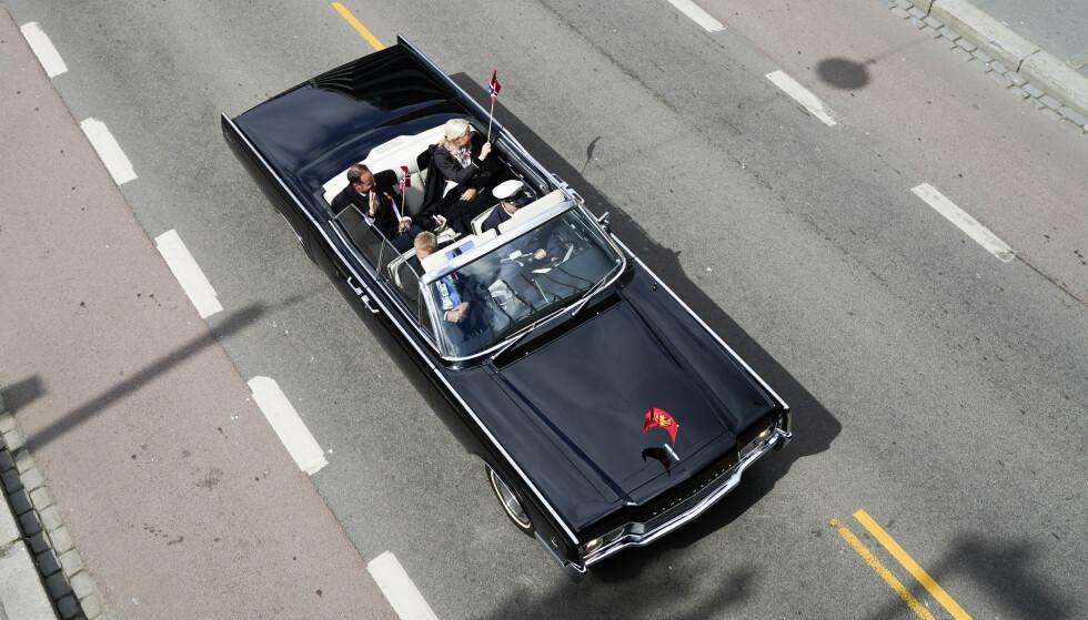 KJØRETUR: Også kronprins Haakon og kronprinsesse Mette-Marit kjører rundt i Oslos gater. Foto: NTB scanpix