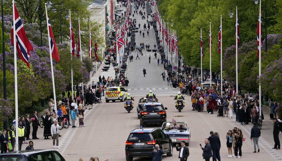 ÅPEN BIL: Kongefamilien kjører i åpen bil gjennom Oslos gater. Foto: NTB scanpix