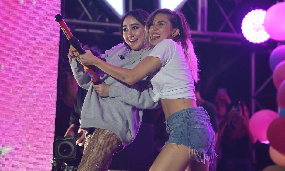 SØSTRE: Det skiller åtte år mellom søstrene Noah Cyrus og Miley Cyrus. Her fra 2017. Foto: NTB scanpix