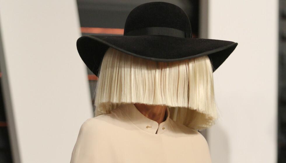 NORMALT: Sia er glad i å skjule ansiktet sitt, noe som med årene har blitt hennes varemerke. Privatlivet verner hun like godt om. Foto: NTB scanpix