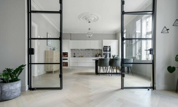 KJØKKEN: Stuen er fraskilt kjøkkenet med en glassvegg. Foto: Stian Frøysang