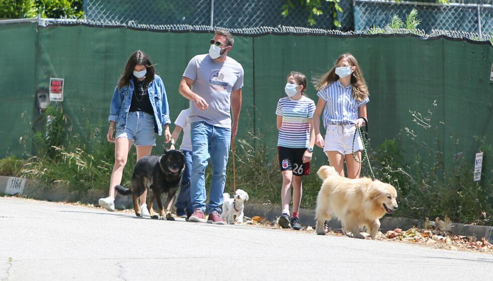 TUR: Ben Affleck med barna og sin nye kjæreste på tur med sine tre hunder. Foto: NTB scanpix
