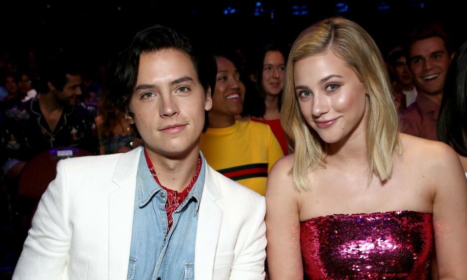 BRUDD? Cole Sprouse og Lili Reinhart er kjent for å verne godt om kjærlighetslivet sitt. Her er de sammen på Teen Choice Awards i Los Angeles sommeren for to år siden. Foto: NTB Scanpix.