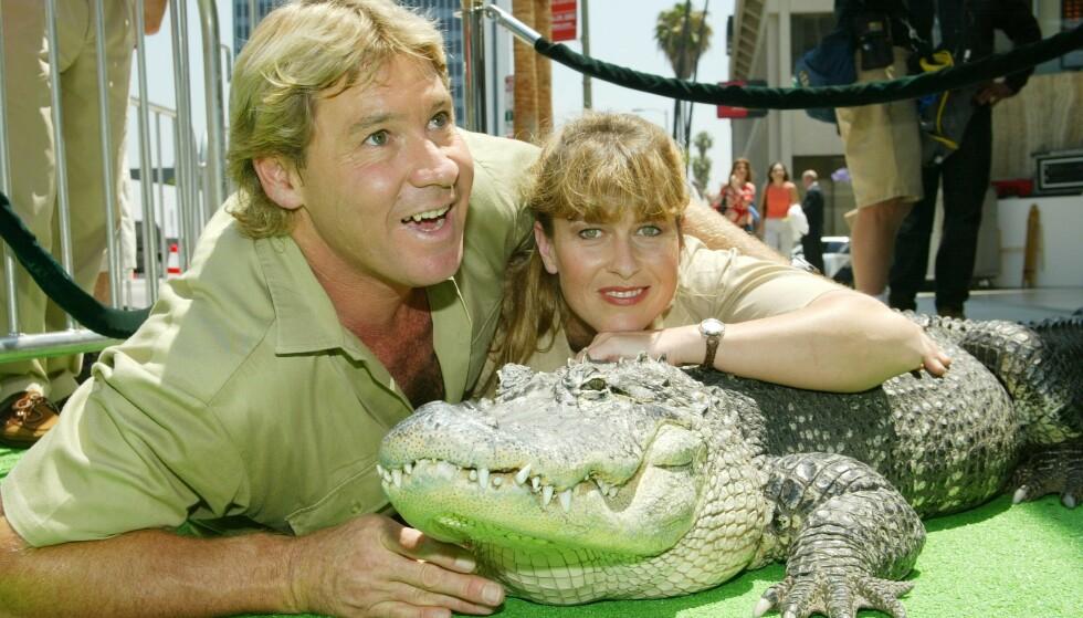 DØD: Steve Irwin var kjent for å ta store sjanser med farlige dyr. Det var nettopp det som til slutt skulle ende livet hans. Her avbildet med kona i 2002. Foto: NTB scanpix
