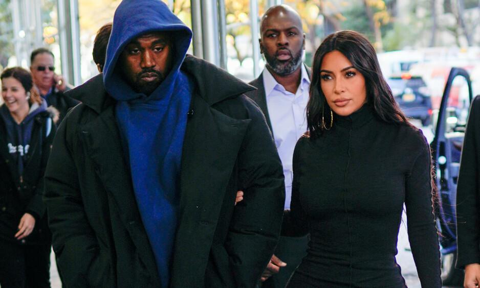 TRUER MED SØKSMÅL: Kim Kardashian og Kanye West truer med å saksøke sin tidligere livvakt, Steve Stanulis. Her med Kris Jenner og Corey Gamble (bak) i New York i 2019. Foto. Splash News/ NTB Scanpix