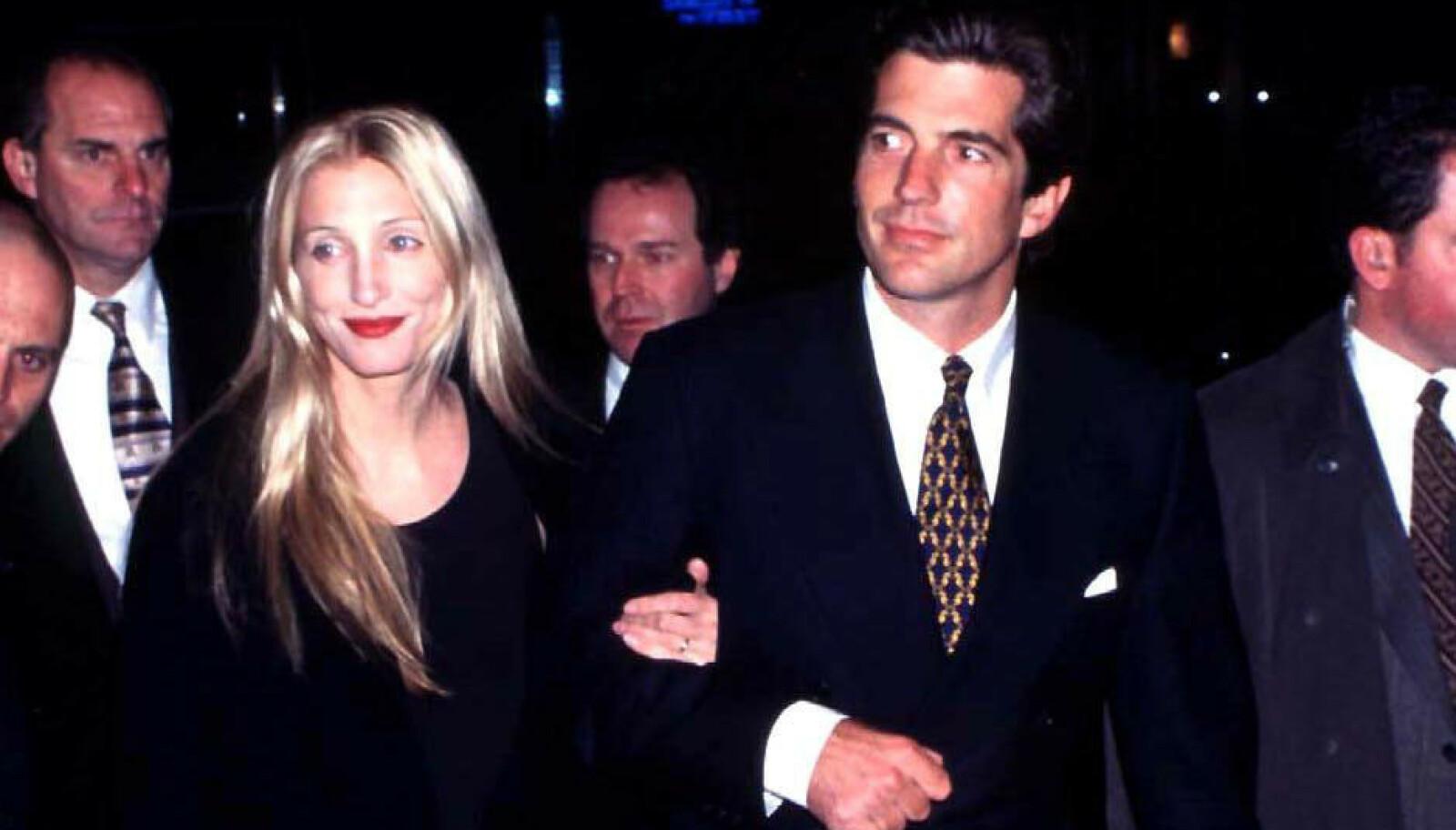 JFK JR. OG CAROLYN BESSETTE: De ble regnet for å være 90-tallets hotteste par. Så styrtet småflyet han flydde Dette bildet er fra 1999. Foto: Araldo Di Crollalanza / REX / NTB
