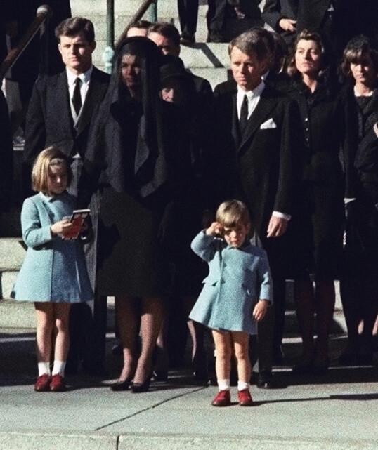 EN SISTE HILSEN: Dette bildet, av John F. Kennedy Jr. som sender en siste hilsen til sin far, er blitt ikonisk. Bildet ble tatt under president Kennedys begravelse, som ble avholdt 25. november 1963 - på John-Johns treårsdag. Foto: AP / NTB