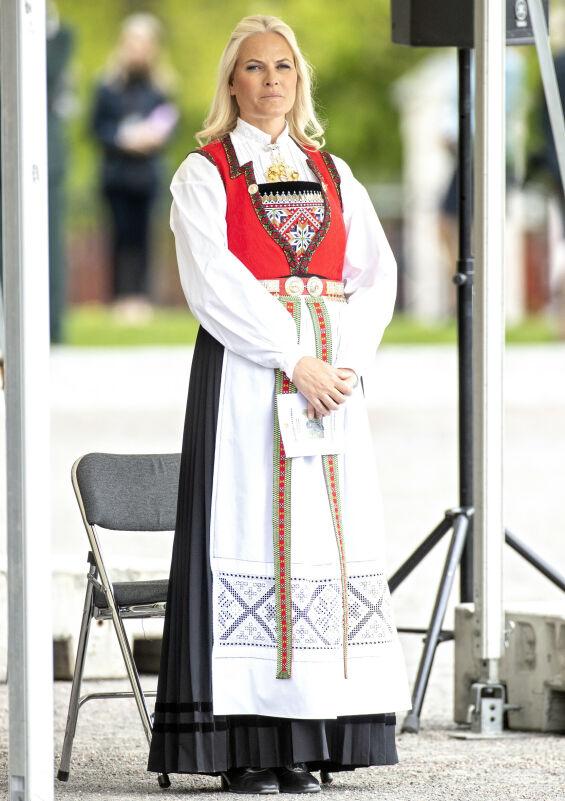 FIKK PÅVIST KRYSTALLSYKE: Det var i november 2017 at nyheten om at kronprinsesse Mette-Marit hadde fått krystallsyke kom. Her er hun avbildet under en seremoni på frigjøringsdagen i mai i år. Foto: Andreas Fadum/ Se og Hør