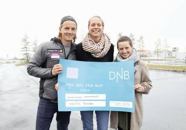 EN GOD SAK: Jan-Kåre og Marthe samlet inn snaut 335.000 kroner som paret i fjor ga til overlege Kristina Lindemann (i midten). Midlene brukes til å forske mer på underlivskreft. Foto: Privat