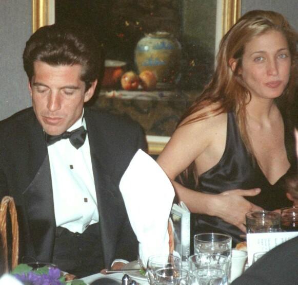 FERSKT: Det tok lang tid før John F. Kennedy, Jr. og Carolyn Bessette ble et par, men i 1994 begynte de to for alvor å date. Dette bildet er tatt tidlig i 1995, under en middag i New York. Foto: Aubrey Reuben / AP / NTB
