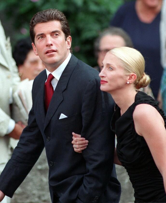 HEMMELIG BRYLLUP: John F. Kennedy jr. og Carolyn Bessette giftet seg i en hemmelig seremoni høsten 1996 - dette bildet er tatt i Italia to år senere. Foto: Filippo Monteforte / AFP / NTB
