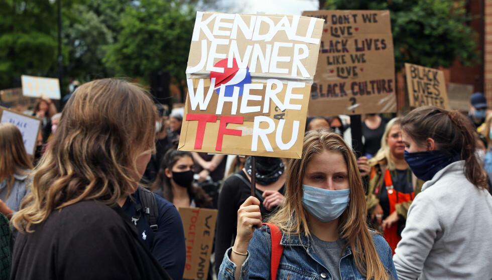 ETTERLYSES: Flere fans etterlyser modellen i protestene. Foto: NTB scanpix