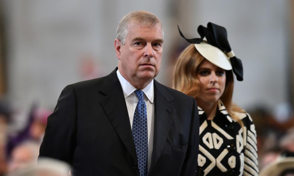 I HARDT VÆR: USAs justisminister avviser at det amerikanske justisdepartementet vil forsøke å få prins Andrew utlevert. Her er prinsen med datteren prinsesse Beatrice. Foto: NTB Scanpix