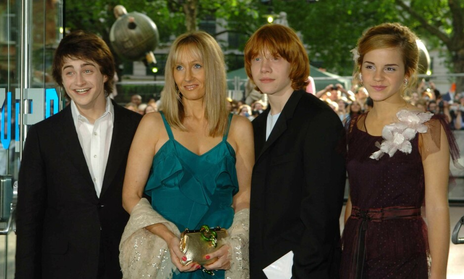 LEI SEG: Skuespiller og «Harry Potter»-stjernen Daniel Radcliffe (til venstre) har nå skrevet et blogginnlegg om den britiske forfatteren J.K Rowlings (i blå kjole) utsagn om kjønnsidentitet. Her er Radcliffe og Rowling sammen «Harry Potter»-stjernene Rupert Grint og Emma Watson på rød løper i 2004. Foto: NTB Scanpix