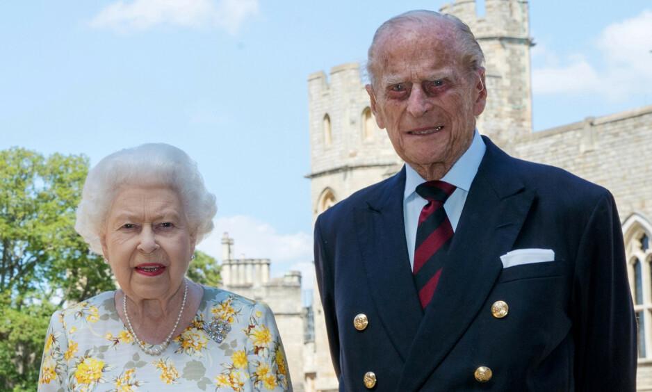 BURSDAGSPRINS: I dag fyller prins Philip hele 99 år, noe det britiske kongehuset blant annet feirer med å dele et nytt bilde av han og kona, dronning Elizabeth (94). Nå vekker imidlertid en helt spesiell detalj ved bildet oppsikt i sosiale medier. Foto: Steve Parsons/ PA Wire/ NTB Scanpix