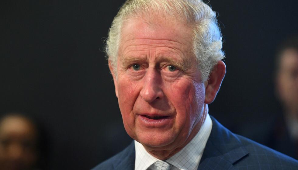 SKAPER BEKYMRINGER: Flere uttrykker bekymring over helsetilstanden til prins Charles etter et bilde av fingrene hans skapte blest på Twitter. Foto: NTB scanpix