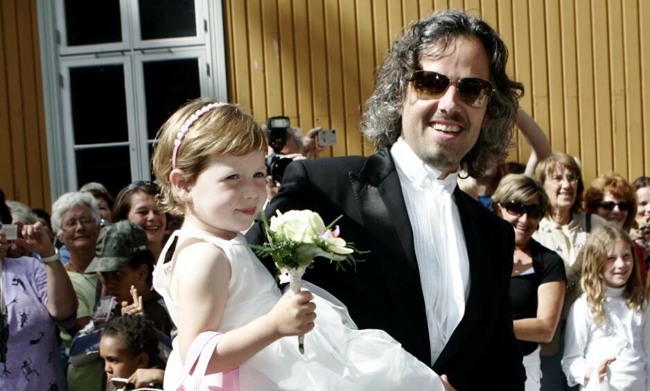 FAR OG DATTER: Her er Maud Angelica Behn avbildet sammen med faren sin Ari Behn på vei inn til vielsen til sistnevntes foreldre i 2007. Foto: NTB Scanpix