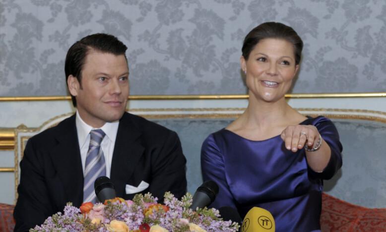 NYFORLOVET: Kronprinsesse Victoria viste stolt fram ringen fra sin ferske forlovede i 2009. Fredag 19. juni kunne de feire ti år som ektepar. Foto: NTB Scanpix