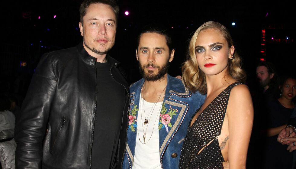 TREKANTDRAMA: Her er Elon Musk avbildet sammen med Jared Leto (midten) og Cara Delevingne i 2016. Nå hevder Johnny Depp at ekskona Amber Heard har hatt trekant med Musk og Delevingne. Foto: NTB Scanpix