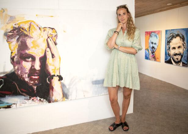 BIDRAR TIL ENDRING: Ebba Rysst Heilmann var sammen med Ari Behn i de tre siste åra av livet hans. Nå vil hun bidra til mer åpenhet rundt mental helse, for å forebygge selvmord. Her poserer hun ved en rekke portretter som kunstneren Espen Eiborg har malt. Foto: Andreas Fadum / Se og Hør