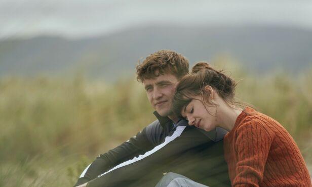 SPILLER KJÆRESTER: Daisy Edgar-Jones og Paul Mescal faller for hverandre i Normal People. Foto: NRK