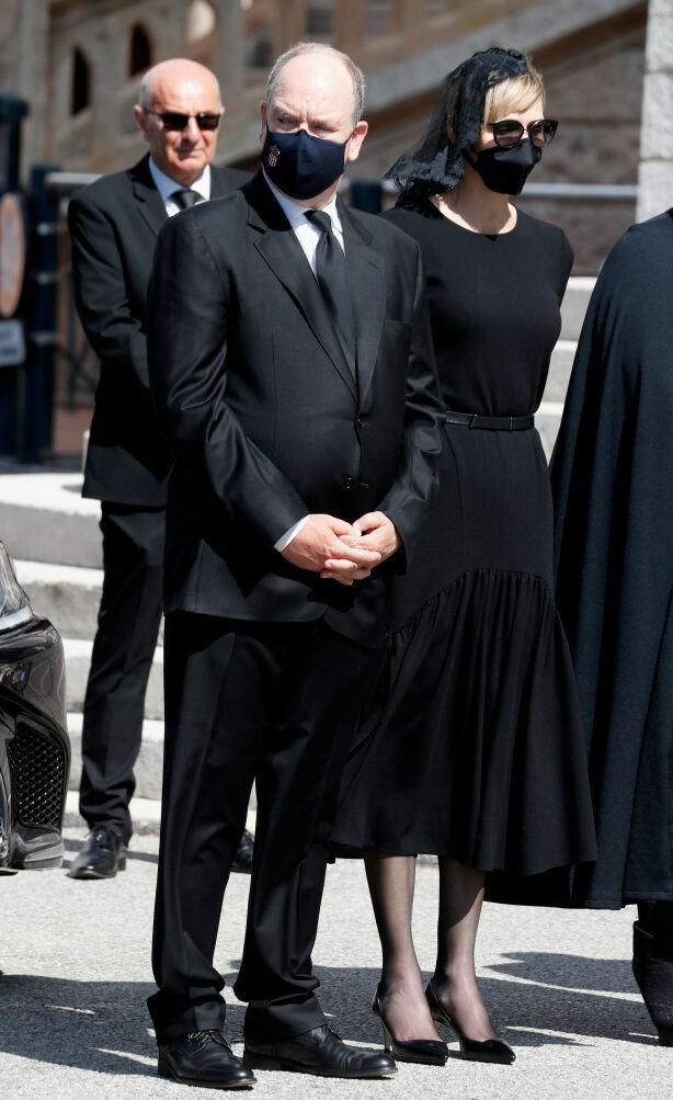 SAMMEN I SORGEN: Albert og Charlene av Monaco tok farvel med baronesse Elizabeth-Ann de Massy onsdag 17. juni. Foto: NTB Scanpix