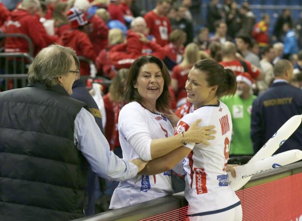 MOR OG DATTER: Her er Nora Mørk og moren Tirill Mørk avbildet sammen i 2014 etter kampen mot Danmark i EM. Foto: NTB Scanpix