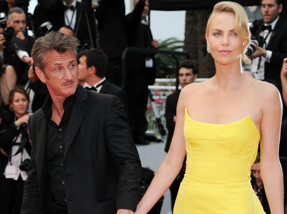 AVKREFTER RYKTER: Charlize Theron forteller nå at hun og Sean Penn aldri var forlovet. Her er de to avbildet sammen under filmfestivalen i Cannes i 2015, ikke så lenge før forholdet deres tok slutt. Foto: NTB scanpix