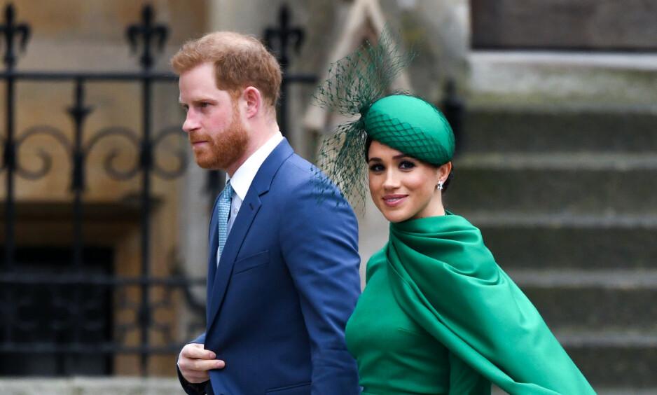 FÅR KRITIKK: Hertuginne Meghan og prins Harry trakk seg ut av den britiske kongefamilien i mars. Derfor reagerer mange på at de nå benytter et monogram med en krone i et takkebrev sendt til en veldedig organisasjon nylig. Foto: NTB Scanpix