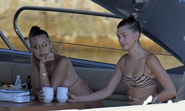 PÅ YACHT: Bella Hadid og Hailey Bieber ble fotografert av paparazziene utenfor Sardinias kyst på mandag. Foto: NTB Scanpix