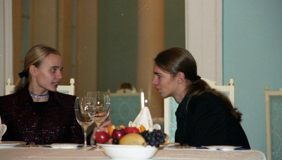 UVANLIG: Russlands president har hegnet godt om privatlivet til familien. Derfor er de nye bildene unike. Her er Maria fotografert med en av Pugatsjovs sønner. Foto: Sergej Pugatsjov