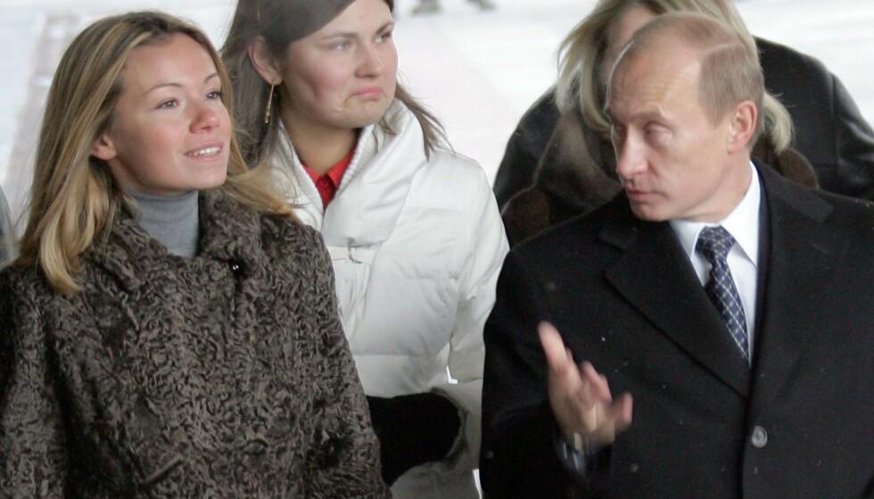STORESØSTER: Maria Putina med faren Vladimir Putin i Moskva i 2007. Hun er gift med den nederlandske forretningsmannen Jorrit Faassen. Foto: AFP PHOTO / ALEXANDER NEMENOV / NTB Scanpix