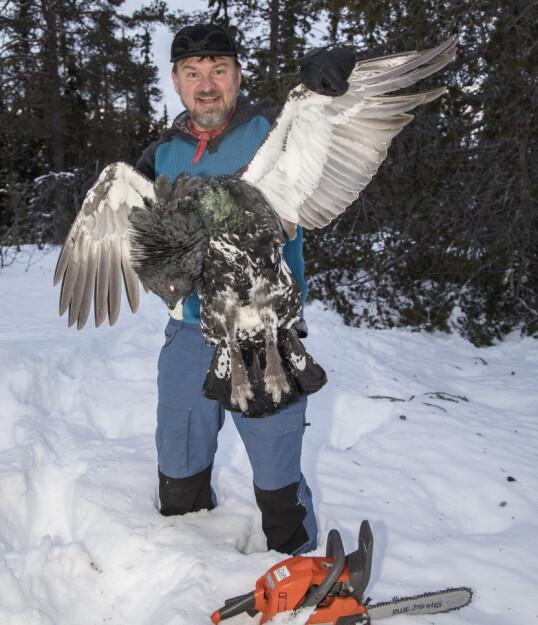 <strong>GLAD I JAKT:</strong> Halvor Sveen har aldri lagt skjul på at han er glad i jakt, og er for felling av ulv. Her poserer han med en selvskutt fugl. Foto: Morten Eik
