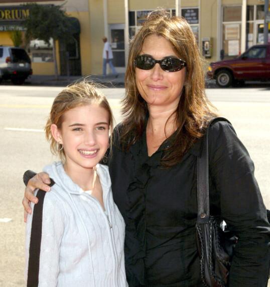 MOR OG DATTER: Det finnes svært få bilder av Emma Roberts og mora Kelly Cunningham på røde løpere sammen. Her er de imidlertid avbildet i 2004 under en filmpremiere i Los Angeles. Foto: NTB Scanpix