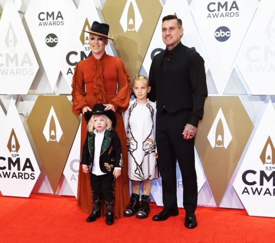 SAMLET: Pink og Carey Hart har datteren Willow og sønen Jameson Moon sammen. Her er de alle avbildet i fjor. Foto: NTB Scanpix