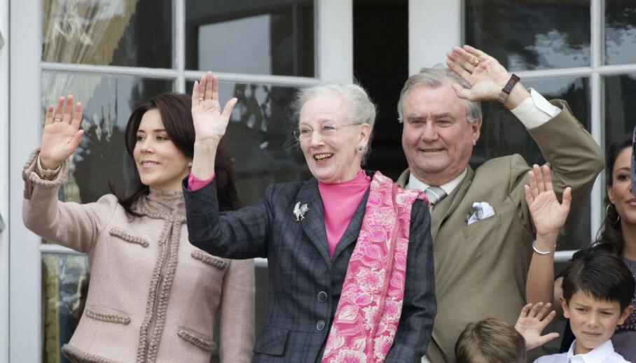 NY ROLLE: Kronprinsesse Mary er elsket av danskene, og gjør sitt for å være ansvarlig i rollen som landets kommende dronning. Hennes siste prosjekt er av den rørende sorten. Her er hun fotografert med dronning Margrethe og prins Henrik. Foto: NTB Scanpix
