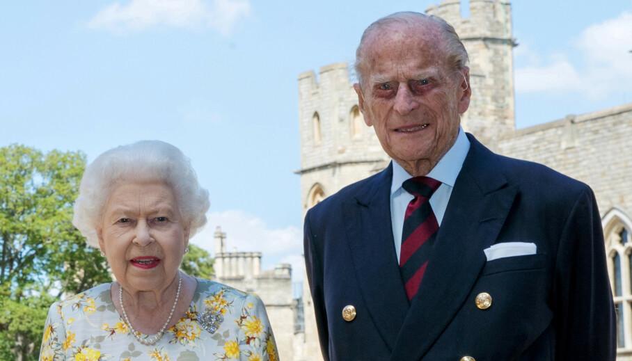 STINKENDE PROBLEM: Britenes dronning Elizabeth og ektemannen prins Philip pleier å tilbringe sommeren på Balmoral Castle i Skottland. Den siste tiden har det imidlertid oppstått et lite hyggelig problem på den kongelige eiendommen. Her er ekteparet på Windsor Castle tidligere i juni. Foto: NTB Scanpix