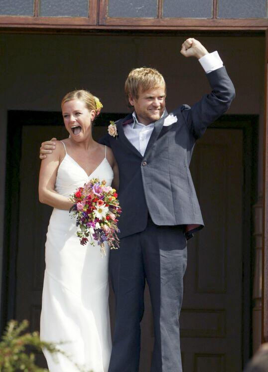 NORGESFERIE: Solveig Kloppen er gift med Kjartan Brügger Bjånesøy. Her er de fotografert på bryllupsdagen i 2005. I sommer skal de feriere i hjemlandet. Foto: Jan-Petter Dahl / Se og Hør