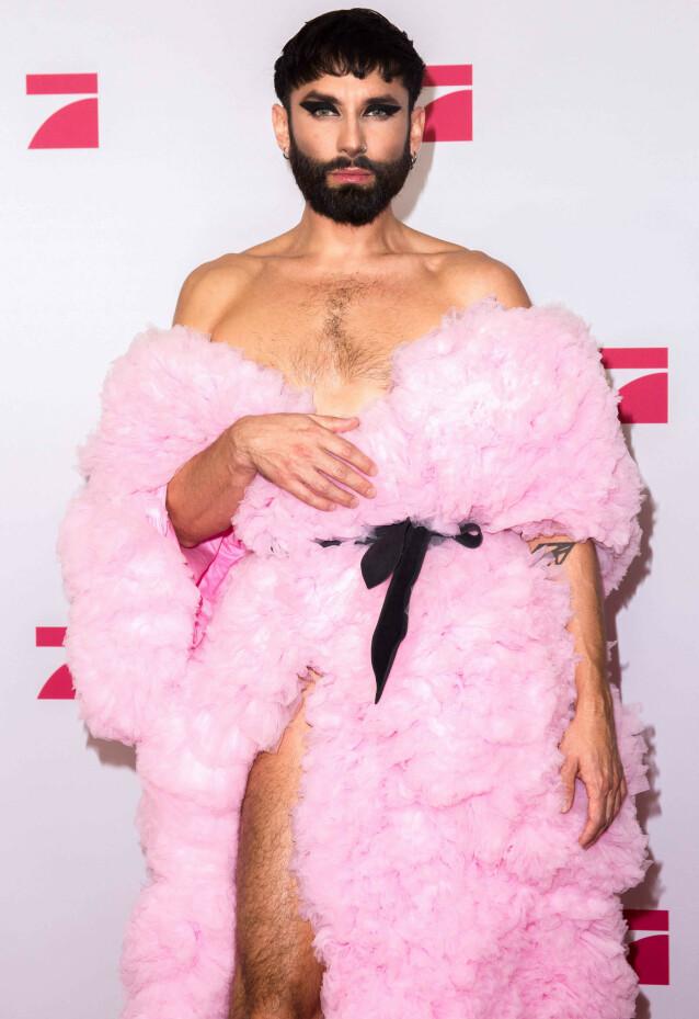 ROSA: I november i fjor dukket Conchita opp på den røde løperen i forbindelse med «Queen of Drags». Den gang gikk han for rosa kjole og kort hår. Foto: NTB Scanpix