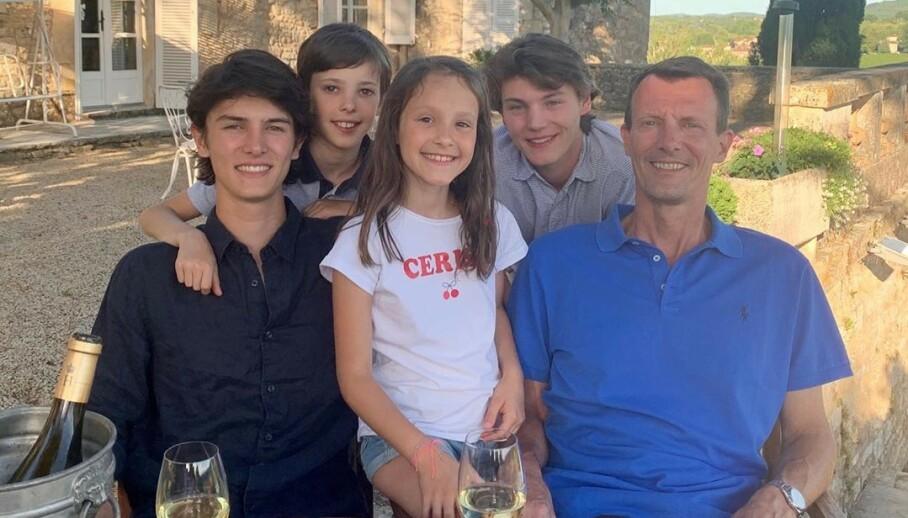 SOMMERHILSEN: Prinsefamilien av Danmark nyter sommerdagene på et vinslott i Frankrike. Nå sender de en sommerhilsen gjennom Instagram. Foto: Det danske kongehus / Instagram