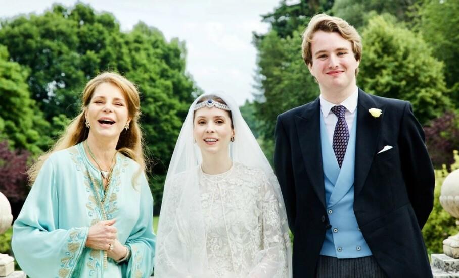 NÅ ER DE GIFT: Her er prinsesse Raiyah av Jordan avbildet sammen med sin ektemann Ned Donovan og moren, tidligere dronning Noor, under bryllupet tirsdag. Foto: Arabian Royal Agency