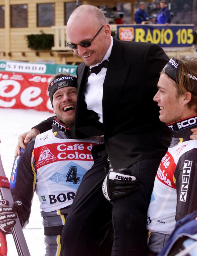 I SMOKING: Under sitt siste renn i 2000, satte Jagge like gjerne utenfor i smoking. Her bæres han av Ole Kristian Furuseth og Hans Petter Buraas. Foto: NTB Scanpix