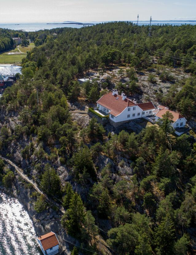 LEKKERT: Eiendommen består av et hovedhus og et gjestehus. Egen brygge og båthus er også med på kjøpet. Foto: NTB Scanpix